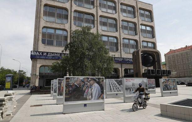 Фотовыставка «Парады Победы» открылась перед зданием ТАСС