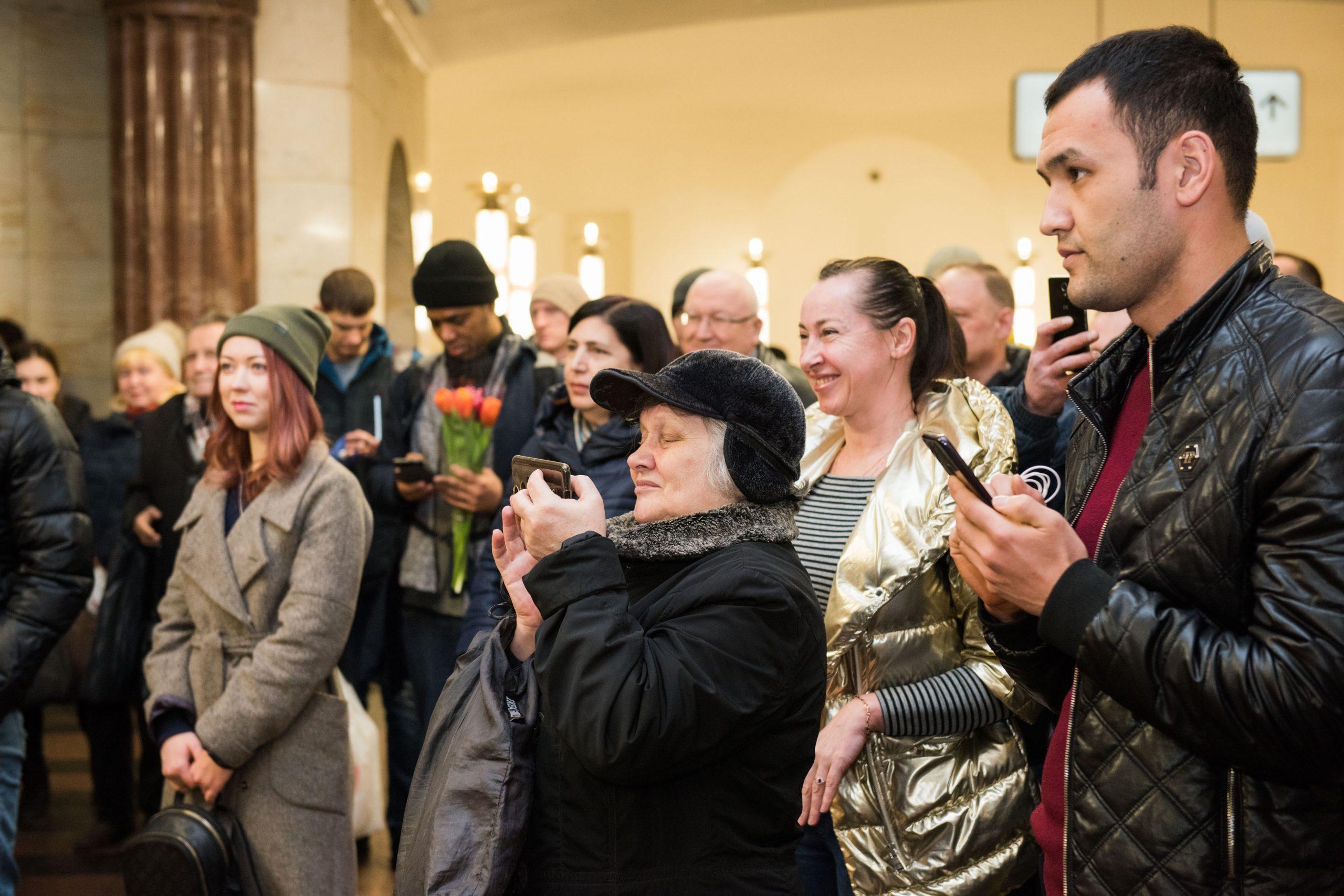 Солистки группы Queens выступили в метро и призвали мужчин ценить своих королев